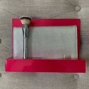 IT Cosmetics foundation brush and magnetic holder